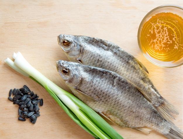 Russischer snack mit bier, trockenfisch, zwiebeln und sonnenblumenkernen Premium Fotos