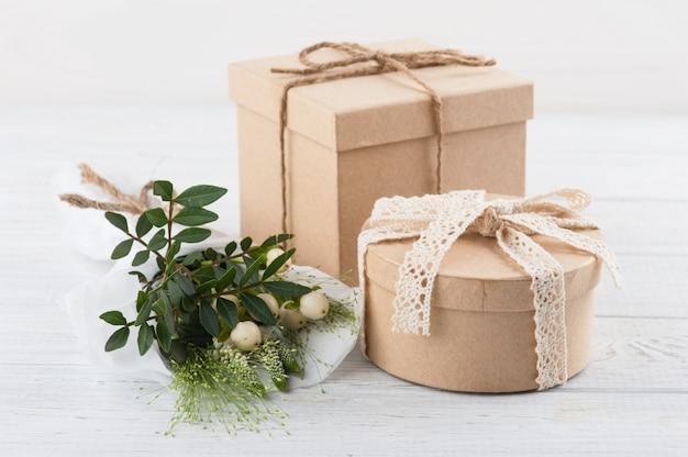 Rustikale bastelgeschenkboxen mit wilden blumen Premium Fotos