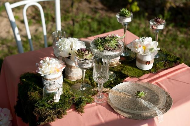 Rustikale hochzeitstafeleinstellung mit succulents und moos Premium Fotos