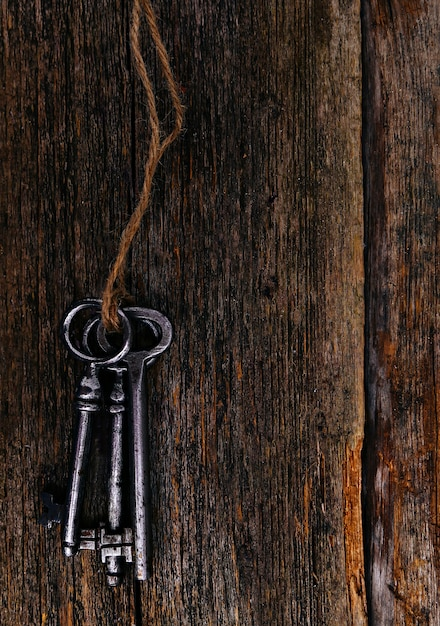 Rustikale schlüssel auf holztisch Kostenlose Fotos