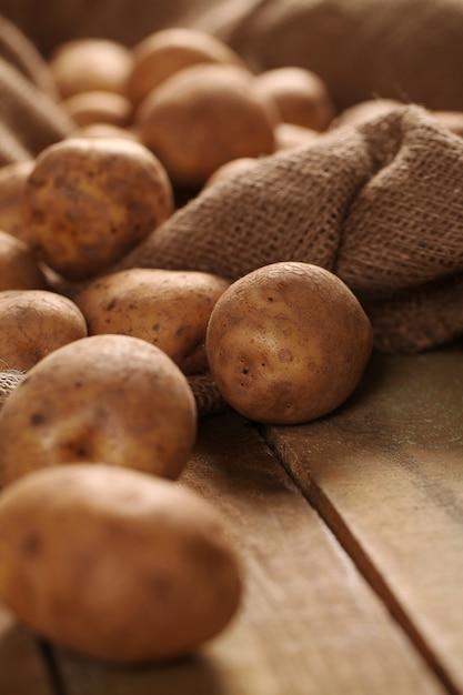 Rustikale ungeschälte kartoffeln auf schreibtische Kostenlose Fotos