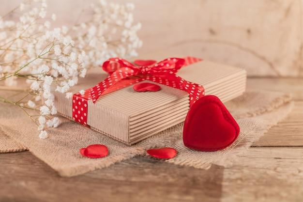 Rustikaler valentinstag mit niedlichem geschenk Kostenlose Fotos
