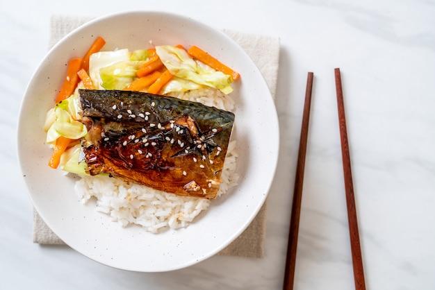Saba fisch gegrillt mit teriyaki-sauce auf reisschale Premium Fotos