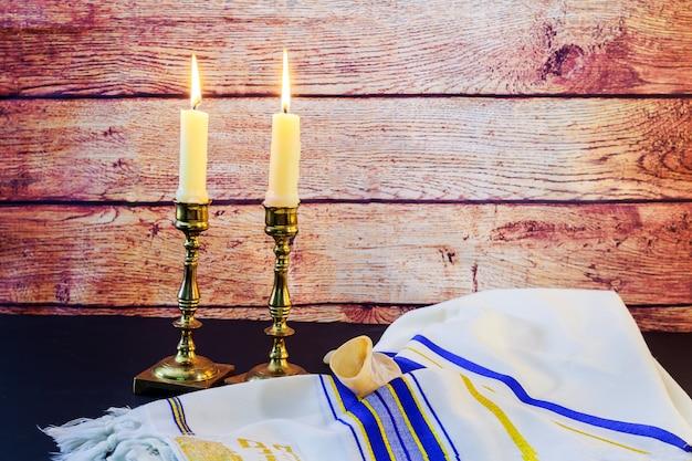 Sabbat. challah brot und candela auf holztisch Premium Fotos