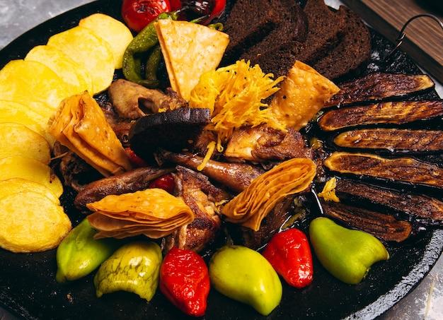 Sac ici aserbaidschanisches lebensmittel mit huhn und gegrilltem gemüse für menü Kostenlose Fotos