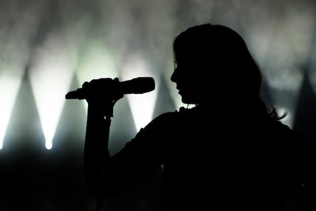 Sänger in der silhouette Premium Fotos