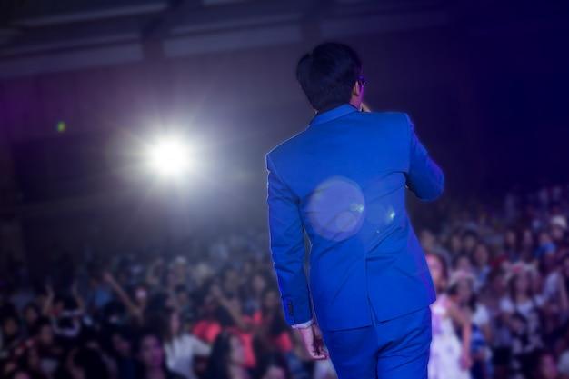 Sänger singen ein lied im konzert Premium Fotos