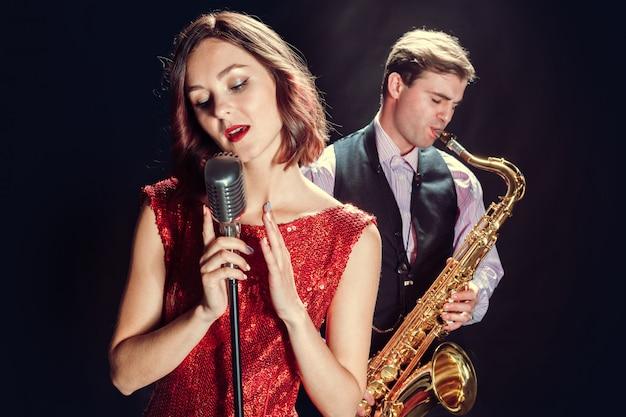 Sängerin und saxophonistin Premium Fotos