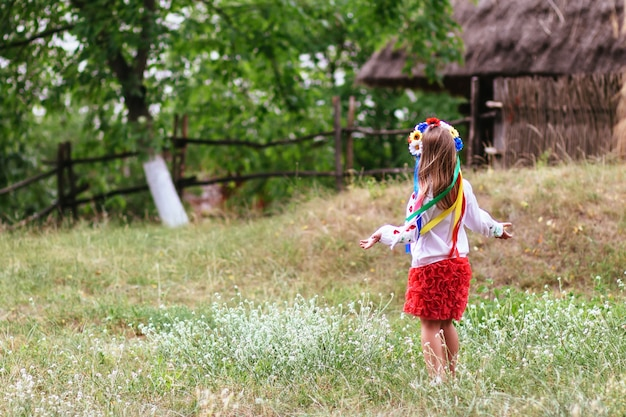 Sätze ukrainische traditionelle kränze gegen den blatthintergrund Premium Fotos