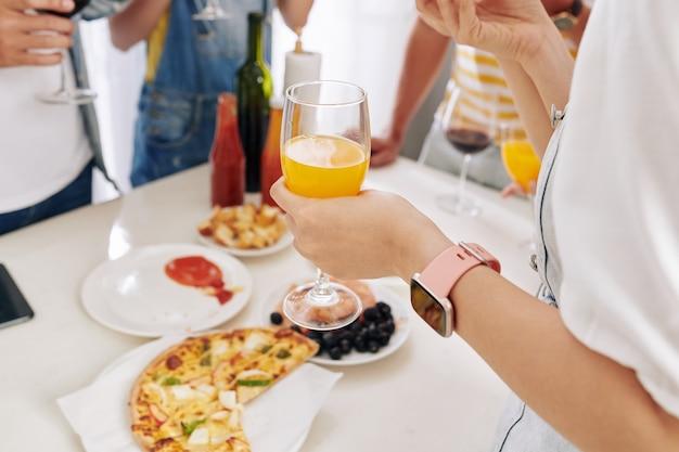 Saft und pizza auf der party Premium Fotos