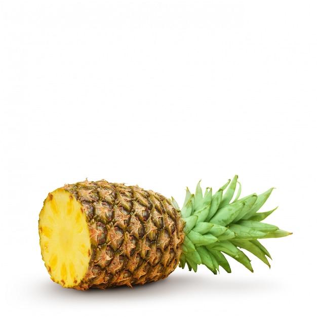 Saftige ananas, in stücke geschnitten auf einem weißen hintergrund. isoliert. Premium Fotos
