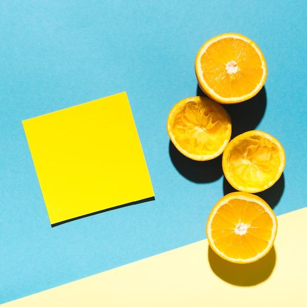 Saftige orangen mit blatt papier Kostenlose Fotos