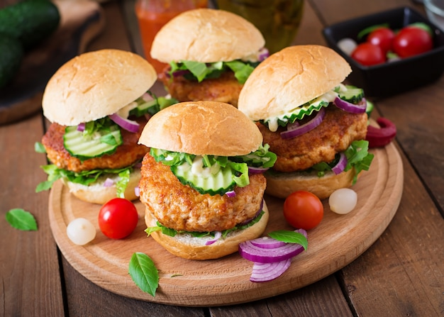 Saftige würzige hühnerburger nach asiatischer art - sandwich Premium Fotos
