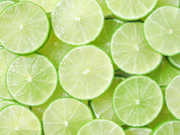 Saftige zitronenscheiben, limonengrün und frisches gemüse und obst. Premium Fotos