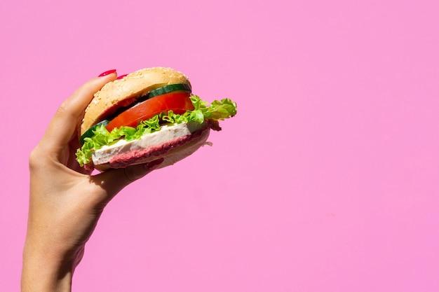 Saftiger burger auf rosa hintergrund mit kopienraum Kostenlose Fotos