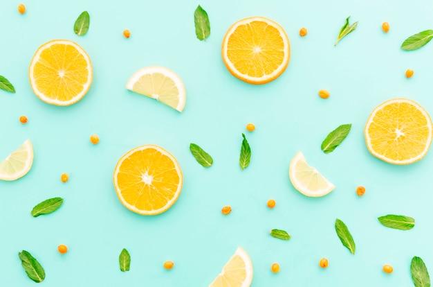 Saftiger geschnittener orange kalksanddorn und grünblätter Kostenlose Fotos