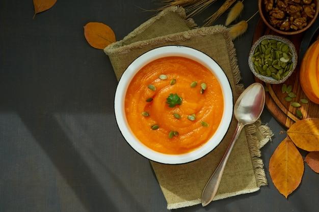 Sahnige suppe des kürbises mit walnüssen, jahreszeitteller, draufsicht des rezeptkopien-raumes der gesunden diät Premium Fotos