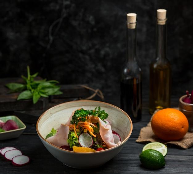 Saisonaler salat mit fein gehacktem und gehacktem gemüse Kostenlose Fotos