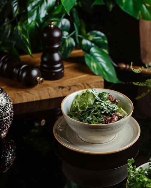 Saisonsalat mit viel grün und kräutern. Kostenlose Fotos