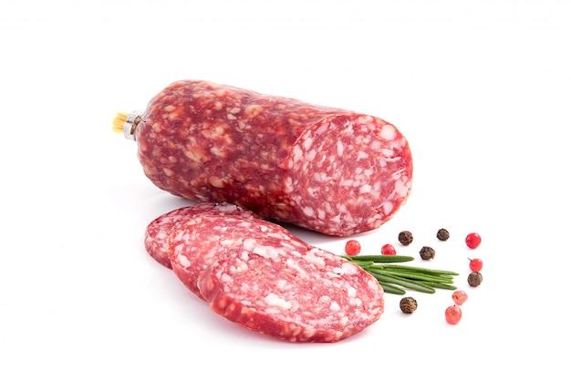 Salami rauchte die wurst, rosmarinniederlassung und pfeffer, lokalisiert auf weißem ausschnitt Premium Fotos