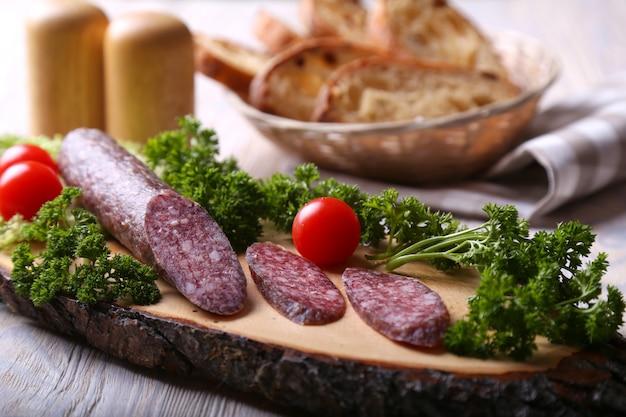 Salamiwürste auf einem holzbrett Premium Fotos