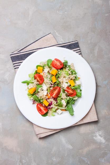 Salat auf einem weißen teller Kostenlose Fotos
