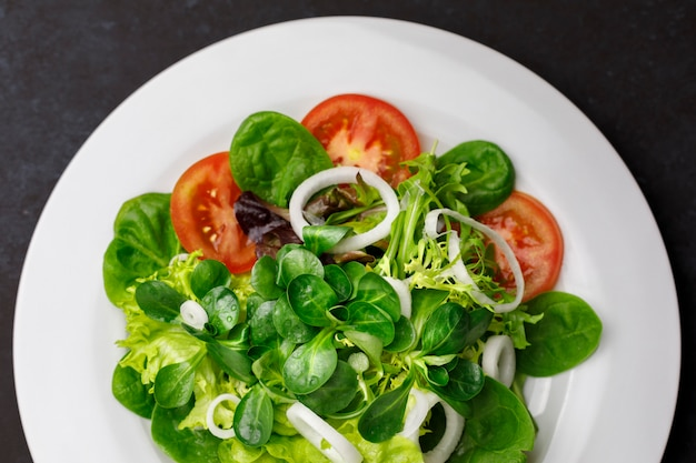 Salat aus tomaten, zwiebeln, salat, kanonen und mangold Premium Fotos