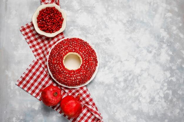 Salat granat armband. gemüsesalat mit granatapfelsamen mit granatapfel auf beton Kostenlose Fotos