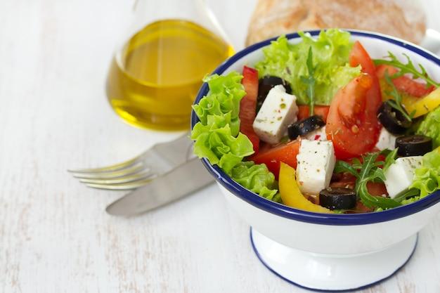 Salat in der weißen schüssel und im öl Premium Fotos