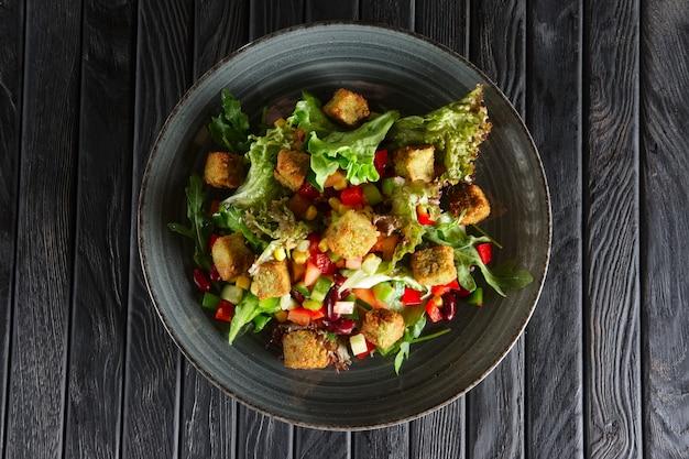 Salat mit bohnen, falafel und gemüse Premium Fotos
