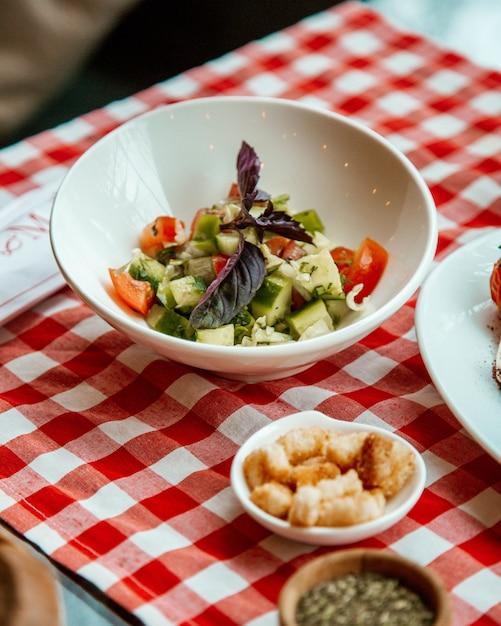 Salat mit cocumber und tomate Kostenlose Fotos