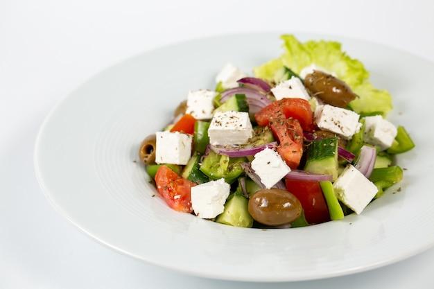Salat mit feta-käse-oliven und frischem gemüse Kostenlose Fotos