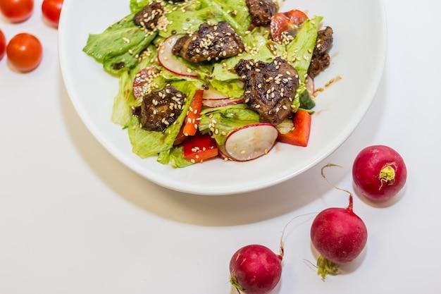 Salat mit fleisch, gemüse, paprika und tomaten. Premium Fotos