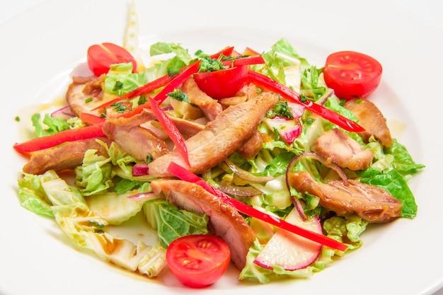 Salat mit gemüse und fleisch Kostenlose Fotos