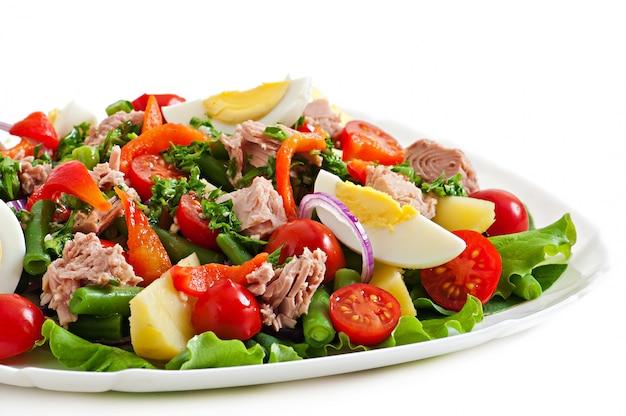 Salat mit thunfisch, tomaten, kartoffeln und zwiebeln Kostenlose Fotos