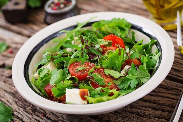 Salat mit tomaten, käse und koriander in süß-saurer soße. georgische küche. gesundes essen. Kostenlose Fotos