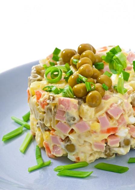 Salat olivier - russischer traditioneller salat Kostenlose Fotos