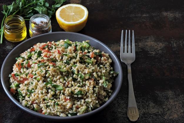 Salat tabouleh. gesunder salat mit bulgur und gemüse. libanesisches rezept. nahöstliche küche. Premium Fotos