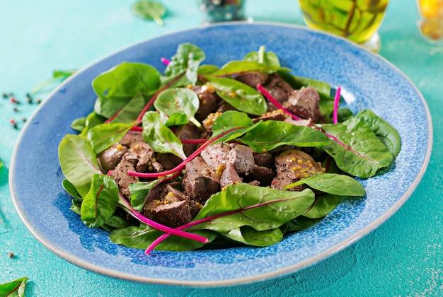 Salat von hühnerleber und blättern von spinat und mangold. Kostenlose Fotos