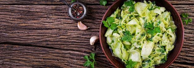 Salat von marinierten zucchini in gewürzen Kostenlose Fotos
