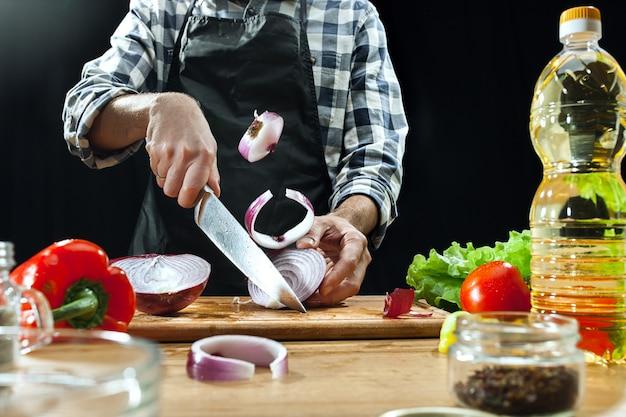 Salat zubereiten. köchin, die frisches gemüse schneidet. kochvorgang. selektiver fokus Kostenlose Fotos