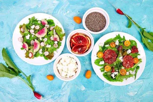 Salate mischen. veganer, vegetarier, sauberes essen, diät, essen. Premium Fotos