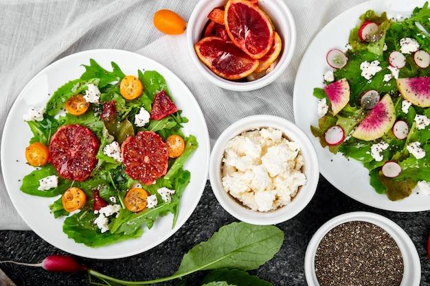 Salate mischen. veganer, vegetarier, sauberes essen, nähren, lebensmittelkonzept. Premium Fotos