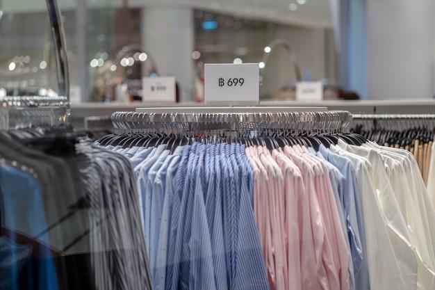 Sale-werbung über die wäscheleine im kaufhaus Premium Fotos