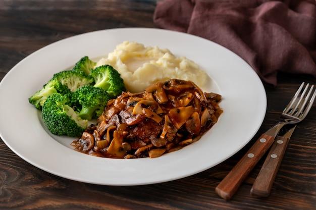 Salisbury steak mit gedämpftem brokkoli und kartoffelpüree Premium Fotos
