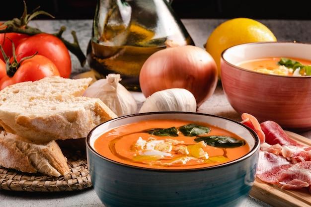 Salmorejo-suppe mit schinken und eiern in einer schüssel Premium Fotos