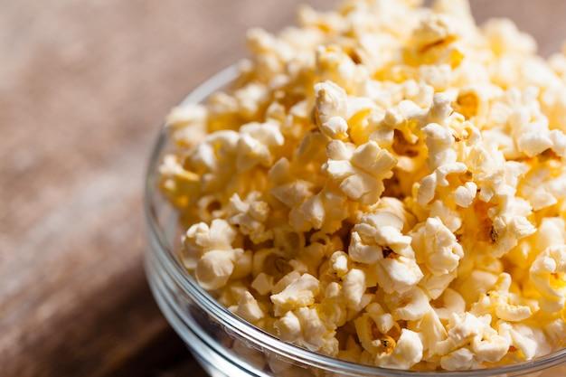 Salzpopcorn auf dem holztisch Premium Fotos