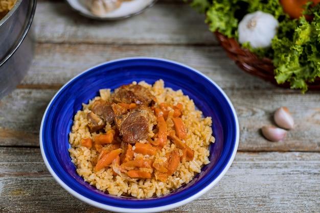 Samarkand-pilawlamm, reis, zwiebel, gelbe karotten, gemüsegewürztabelle im usbeknationalgericht. Premium Fotos