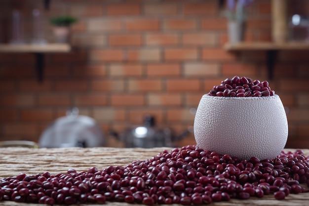Samen der roten bohne auf einem hölzernen hintergrund in der küche Kostenlose Fotos