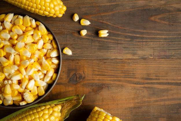 Samen und zuckermais auf holztisch. Kostenlose Fotos